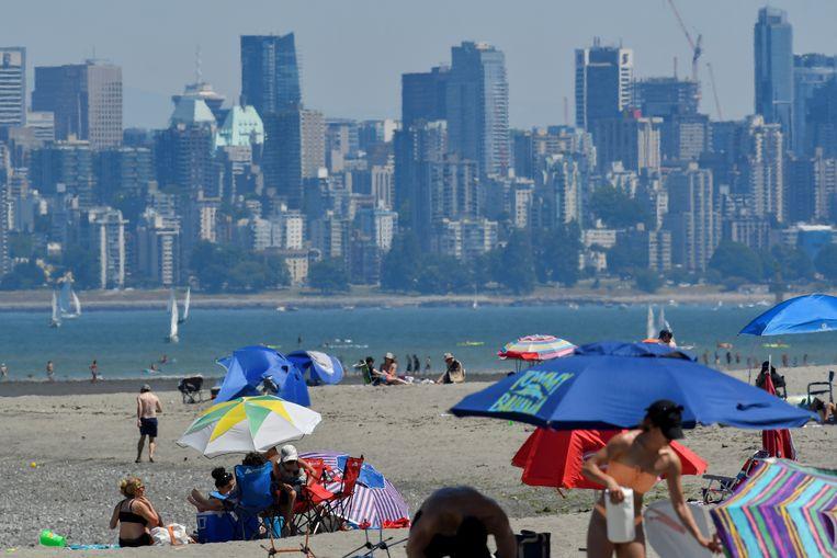 Canadezen trotseren de hitte in Vancouver.  Beeld REUTERS