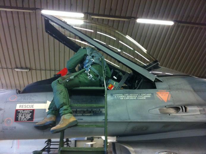 Luitenant-kolonel Niels inspecteert de cockpit voordat hij opstijgt.