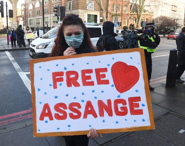 Medestanders van Assange vragen zijn vrijlating, aan de Londense rechtbank.  Beeld EPA
