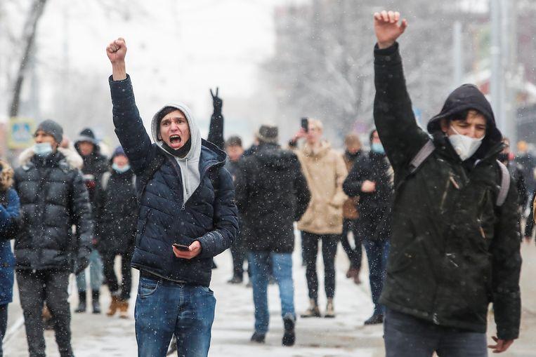 Demonstranten in Moskou zondag. De protesten tegen Poetin en vóór de vrijlating van Navalny, zijn de grootste sinds Poetin in 2012 opnieuw president werd. Beeld REUTERS