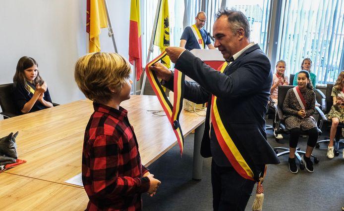Bas Stockman krijgt zijn tricolore sjerp, van burgemeester Francis Benoit