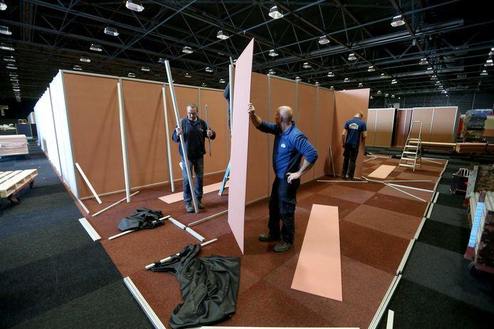 De Friezenhal van het WTC EXPO wordt omgebouwd tot tijdelijke opvanglocatie voor vluchtelingen.