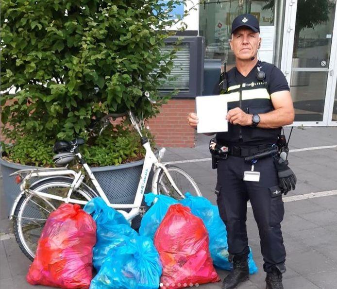 Wijkagent Jean Louis Becker dropte zeven volle vuilniszakken bij het stadhuis van Kampen. Een noodkreet vanwege de puinhoop die de jeugd achterlaat bij de strandjes.
