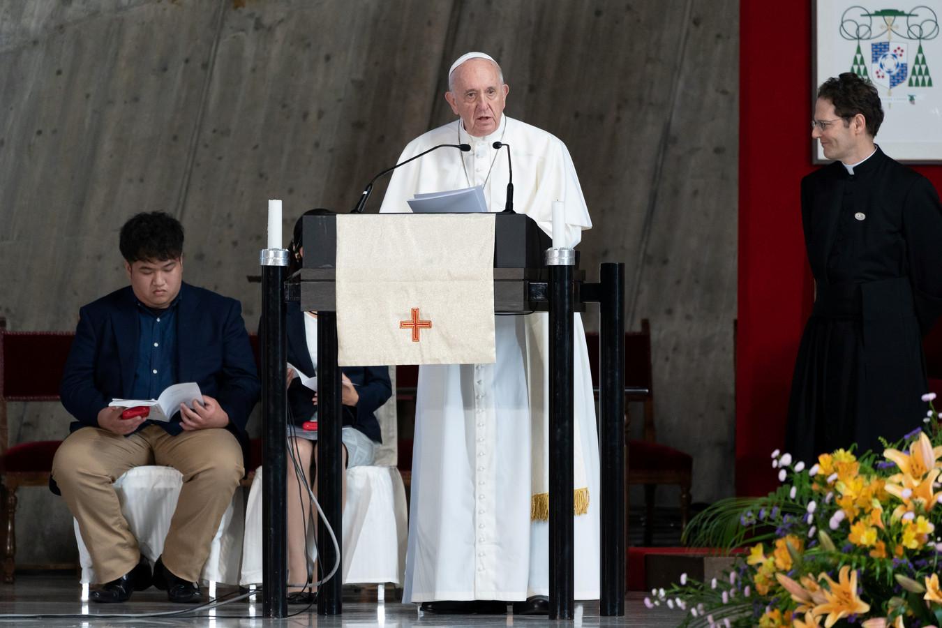 Paus Franciscus preekt in de Heilige Mariakathedraal in Tokio.