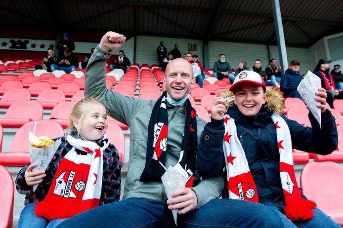 Vader met beide dochters op de tribune voor aanvang van de wedstrijd tussen FC Emmen en Heracles.