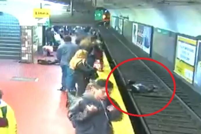 La femme est tombée sur les rails du métro après avoir été poussée par un homme qui s'était évanoui.