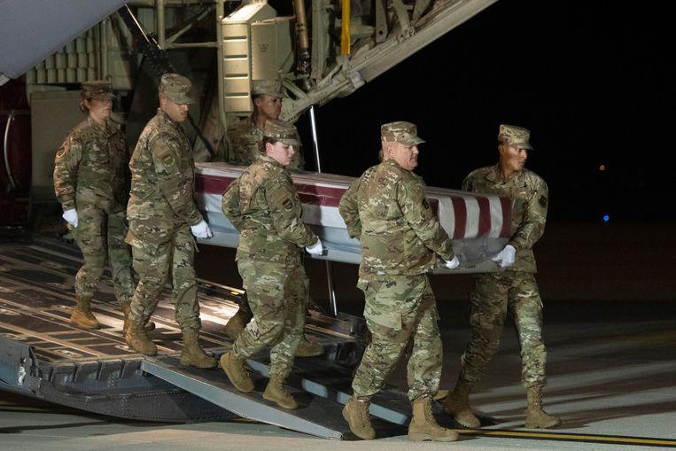 Een team van de Amerikaanse luchtmacht draagt de kist van een militair die werd neergeschoten op de luchtmachtbasis in Florida. Beeld AP   Associated Press
