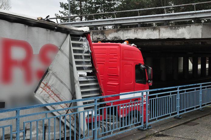 8-2-2019: Het was even rustig, maar er staat weer een vrachtwagen vast onder de brug in Waalwijk