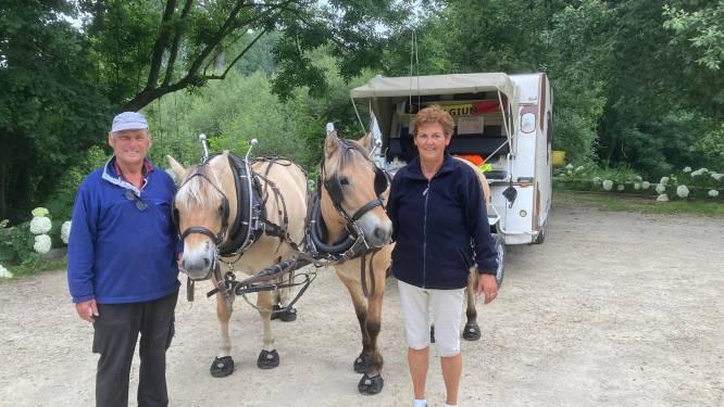 """Toon en Carina trekken België door met paard en luxekar: """"We gaan al jaren zo op vakantie"""""""