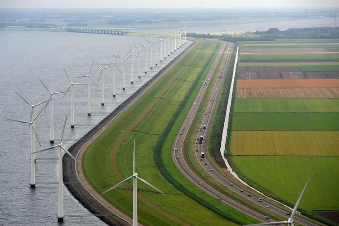 Windmolens langs de A6 bij Urk.