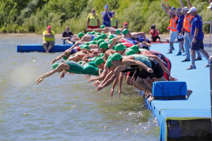 De start van het onderdeel zwemmen bij de Triathlon Holten.