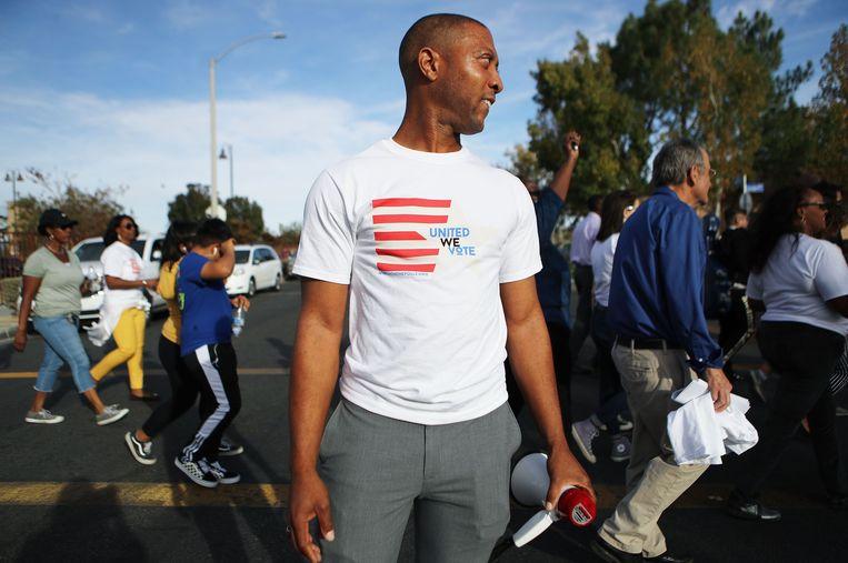 Lancaster, Californië: Johnathon Ervin voert actie om zijn stadsgenoten te doen stemmen. Beeld AFP