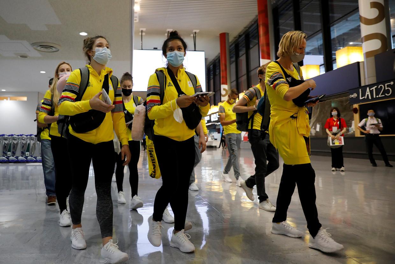 Leden van het Belgische team komen op donderdag 15 juli aan in de Narita-luchthaven van Tokio.  Beeld REUTERS