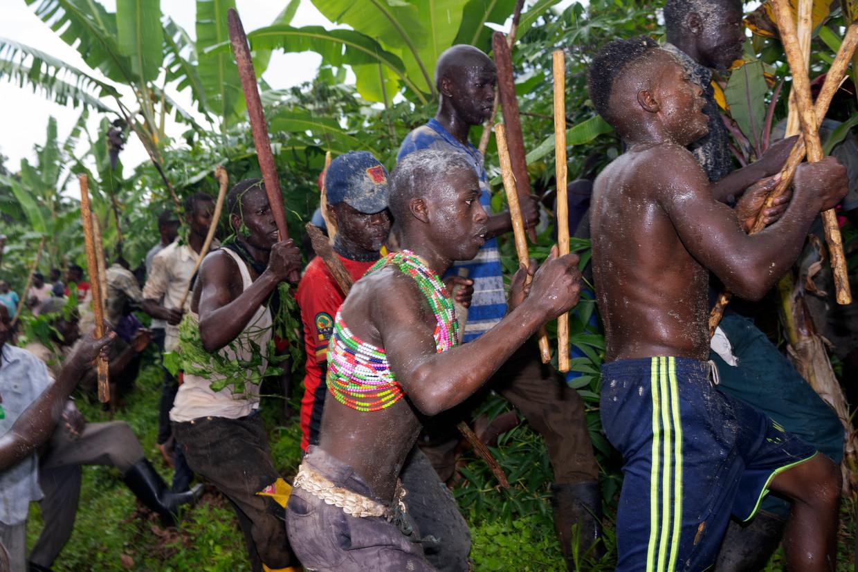 Vóór hun besnijdenis rennen de jongens met wit poeder op hun huid twee uur door de omgeving, als uitnodiging aan de rest van het dorp om erbij te zijn. Beeld Michele Sibiloni