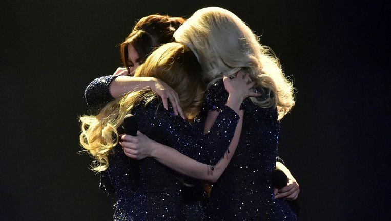 OG3NE omhelst elkaar in tranen na afloop van hun optreden Beeld anp