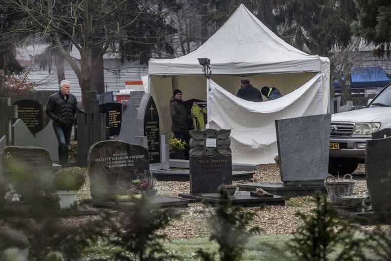 Politie zoekt op een begraafplaats aan de Beente naar Tanja Groen.  Ook De Vries was aanwezig.  Beeld ANP