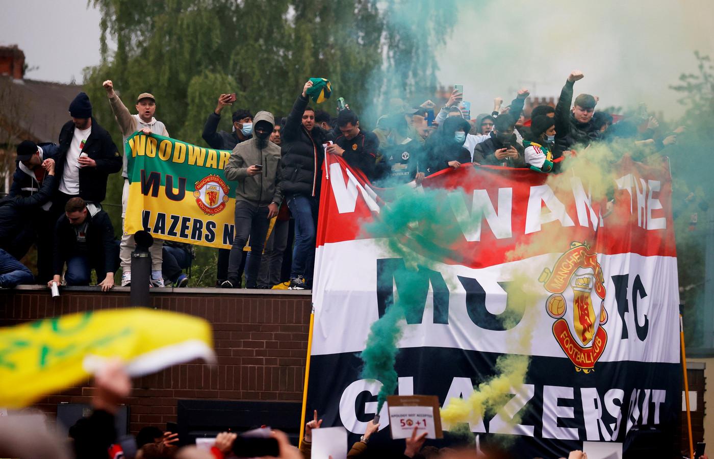 De supporters van Manchester United hebben voor een hevig protest gezorgd. Uiteindelijk moest het duel van hun club met Liverpool op zondag worden uitgesteld.