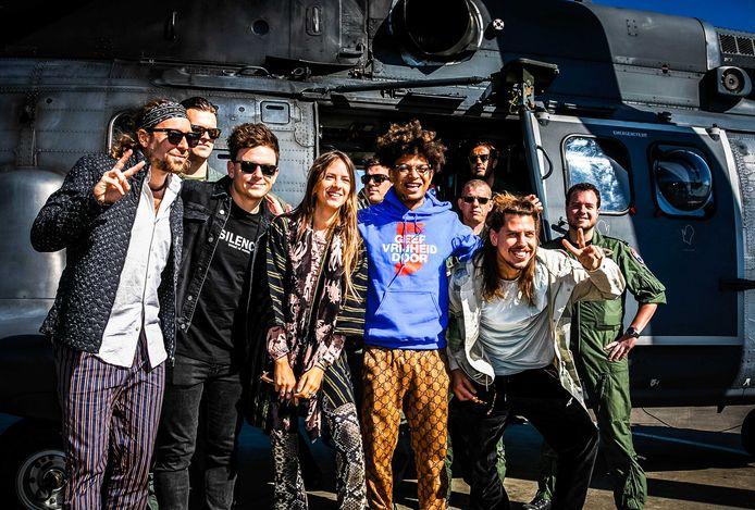 Rapper Ronnie Flex, band My Baby en dj Fedde le Grand als Ambassadeurs van de Vrijheid voor de helikopter waarmee ze de Bevrijdingsfestivals aan gaan doen.