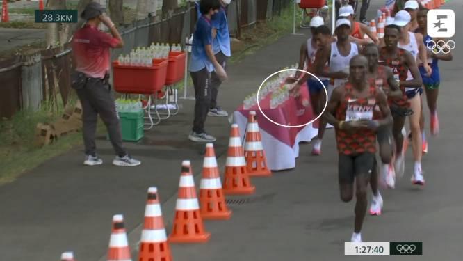 Franse marathonloper gooit rij drankjes omver bij drinkpunt