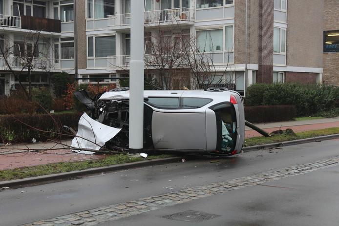 Op de Ruys de Beerenbrouckstraat in Delft is een automobilist van de weg geraakt.