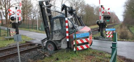 Heftruck belandt op spoor en wordt aangereden door trein