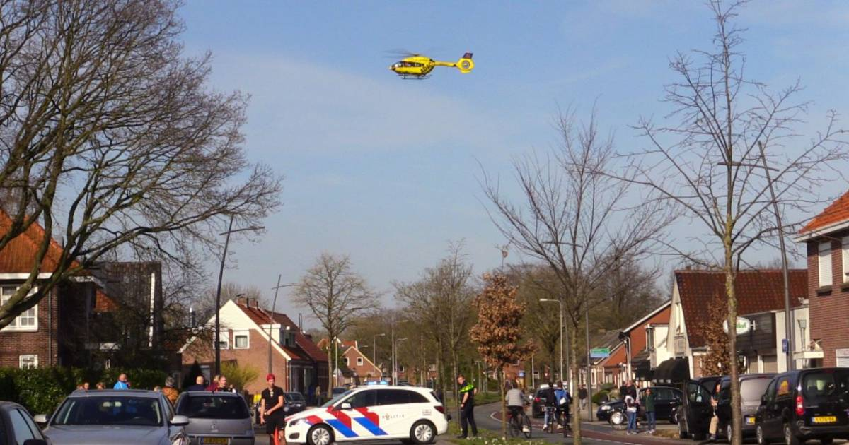 Weg vol brokstukken na heftig ongeluk in Laag-Soeren: vrouw met spoed naar het ziekenhuis.