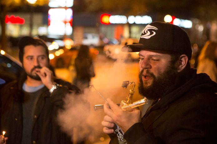 Mensen gebruiken cannabis op straat in Toronto na de legalisering.