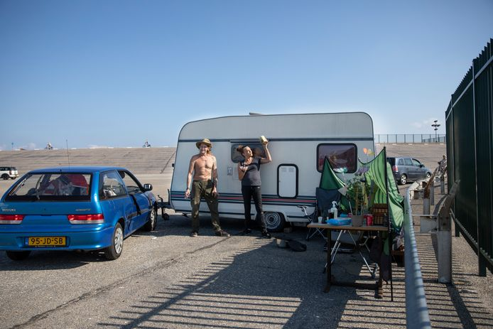 Albert Leeflang en Nicole Winter strandden vorige week met hun caravan op de Brouwersdam, maar een onbekende heeft hen geholpen de caravan naar een andere plek te brengen.
