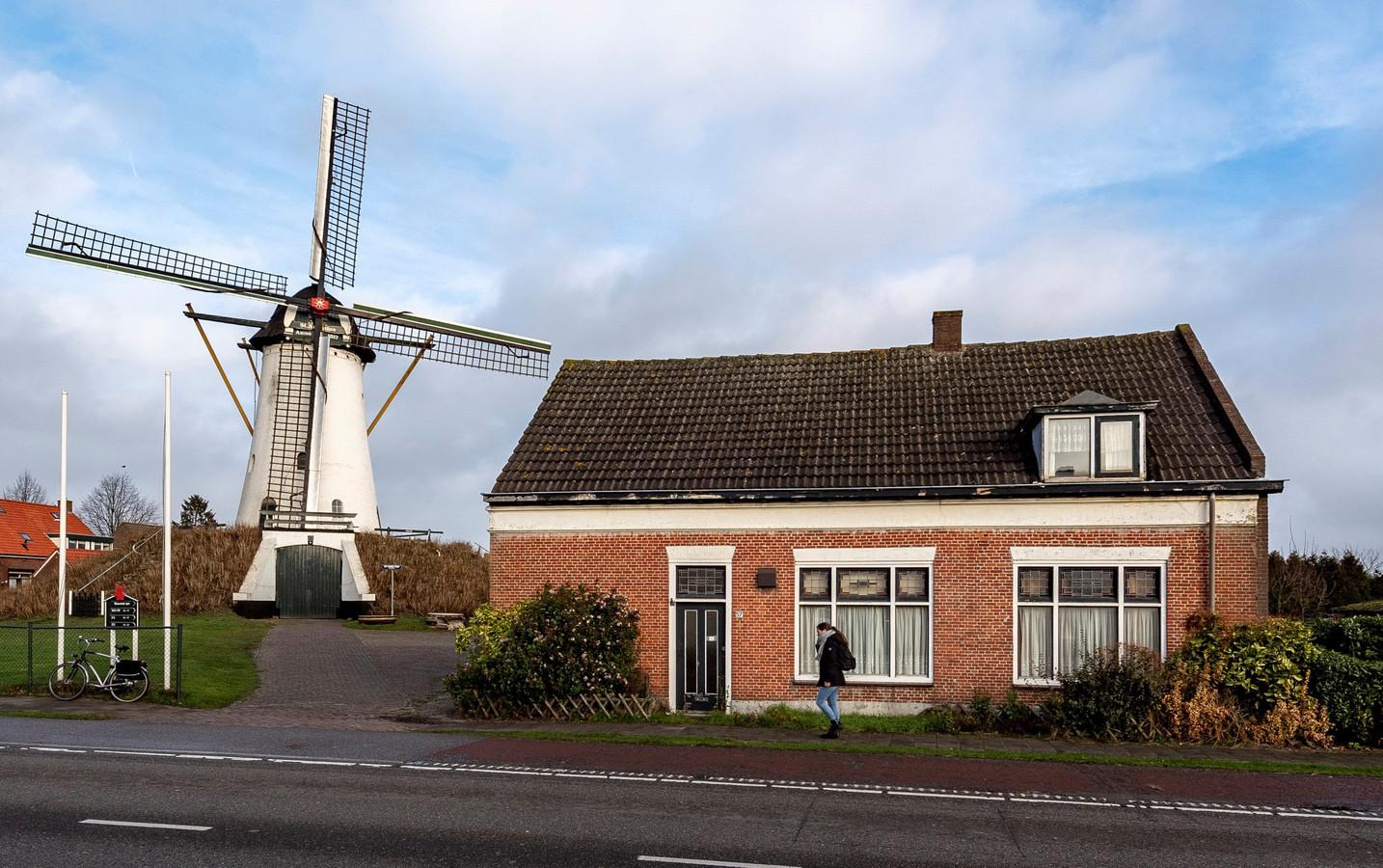 De Antoniusmolen in Halsteren zelf is een rijksmonument, bescherming staat buiten kijf. Wel woedt er in het dorp een discussie over de waarde van de bijgebouwen, waaronder de woning aan de straatkant.