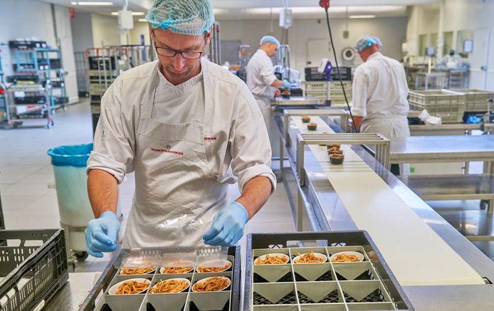 Bij Maison van den Boer in Veghel worden bij Food for Care maaltijden voor ziekenhuizen geproduceerd.