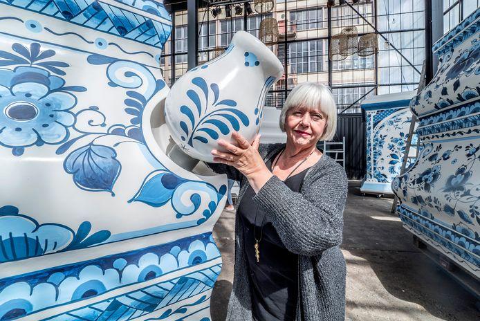 Initiatiefnemer Paula Kouwenhoven bij de enorme tulpenpiramide in aanbouw.