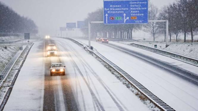 """Nederlanders gevraagd binnen te blijven tijdens """"historische"""" sneeuwdump"""