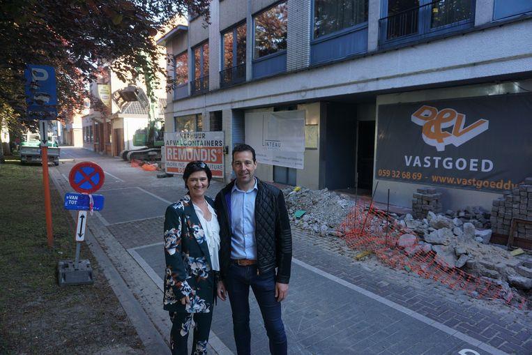 Ines Vanden Broucke en Danny Snauwaert bij de site van de voormalige discotheek Zenith en The Oh!, waar appartementen komen