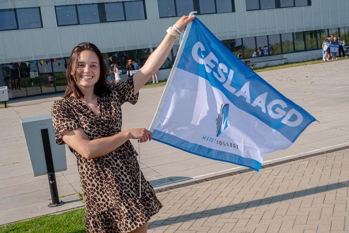 Elles Jonkman is geslaagd aan het Merletcollege in Cuijk. Donderdagmiddag konden zij en haar medeleerlingen op school hun cijferlijst ophalen.