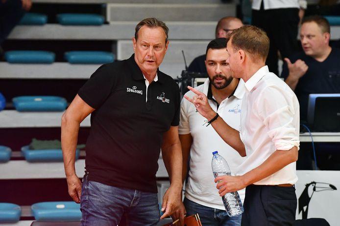 Kristof Michiels (r.) in druk overleg met Tony Van den Bosch (l.) en assistent Wim Van Poucke. De Kangoeroescoach wil iedereen betrekken.