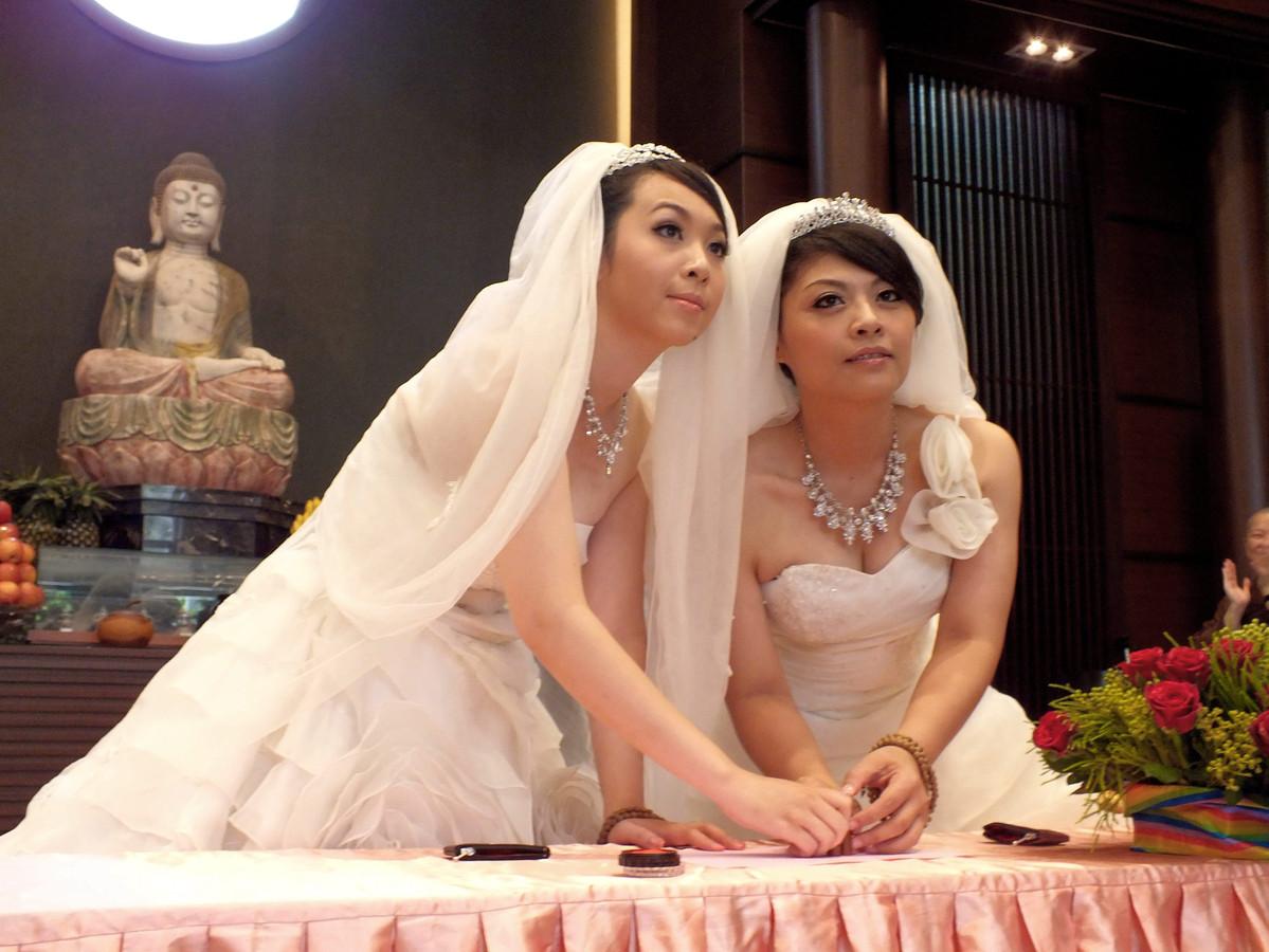 Vorige week zaterdag vond het eerste boeddhistische homohuwelijk plaats tussen twee vrouwen.