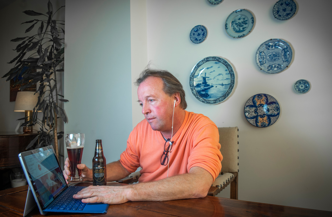 In plaats van dat hij op zaterdagavond naar café Momfer de Mol gaat, doet stamgast Michiel Snijders nu thuis online pubquizzen.