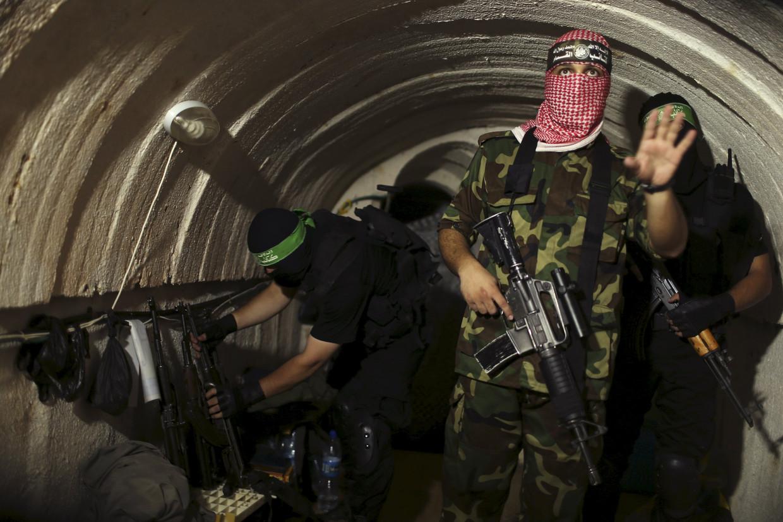 Een Palestijnse strijder in een tunnel onder Gaza op een foto uit 2014.  Beeld Reuters