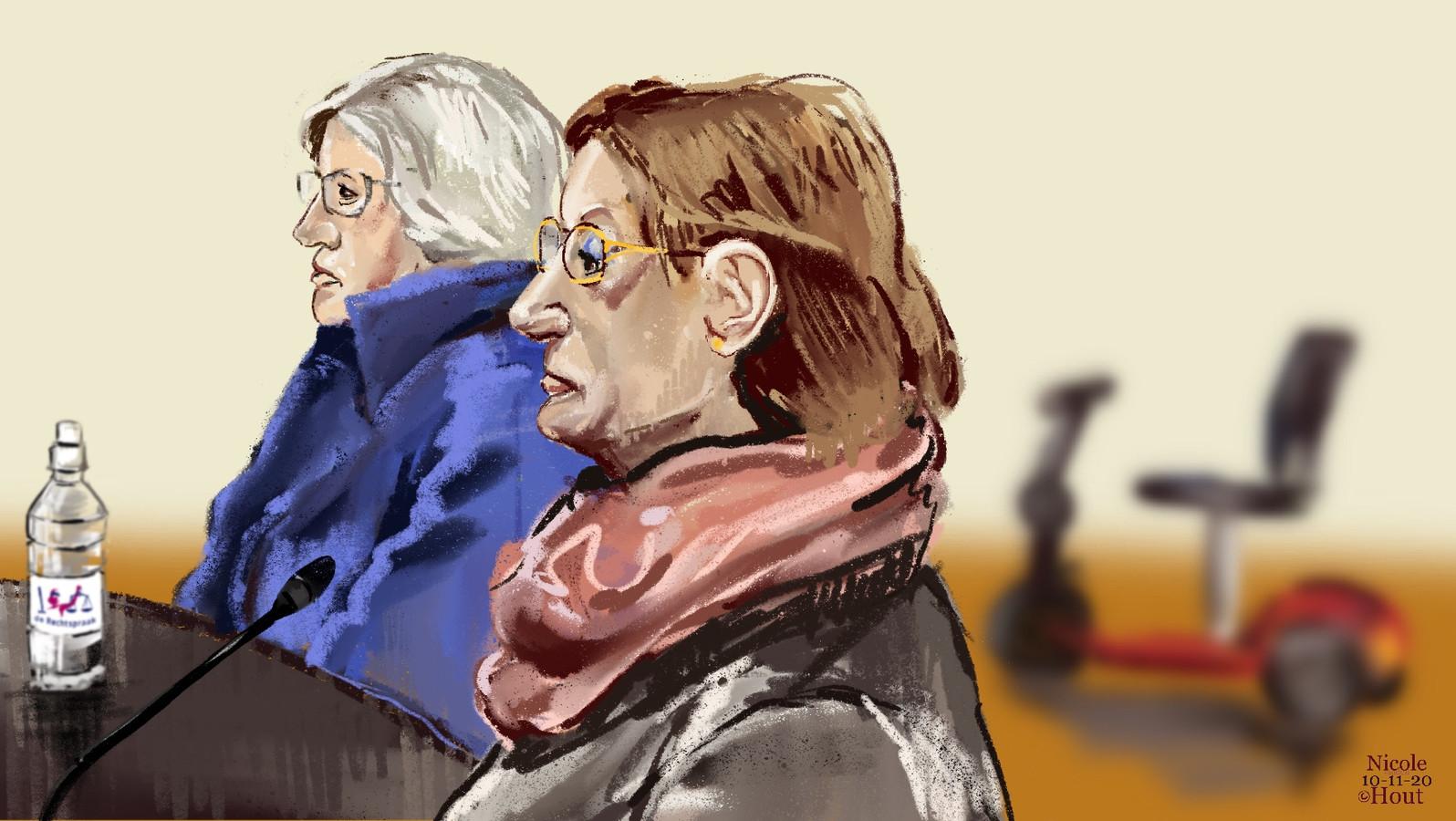 De bejaarde zussen in de rechtbank.