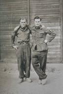 Met de armen gebroederlijk op elkaars schouder poseren Arij (links) en Janus de Kubber. Deze foto is genomen in het werkkamp in Brüx.