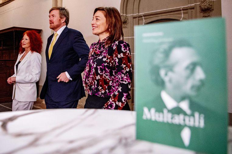 Elsbeth Etty (links), koning Willem-Alexander en Cathelijne Broers tijdens de opening van het Multatuli-jaar.  Beeld ANP
