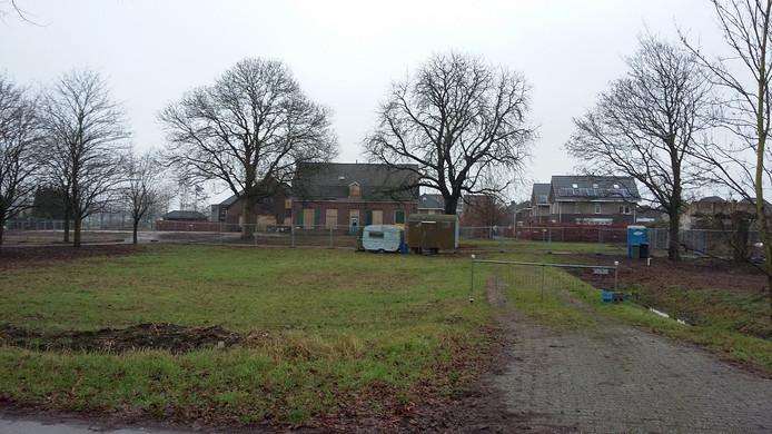 De vervallen monumentale boerderij De Rijzenburg aan de Rijksweg-Noord in Elst.