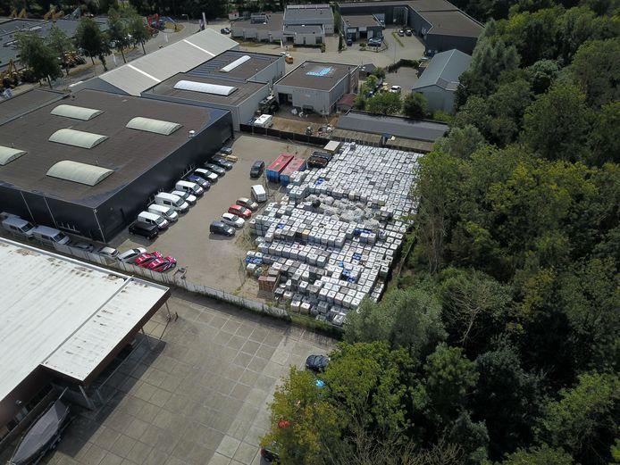 De ruim 1300 vaten met giftig blusschuim op het terrein van het failliet verklaarde Rutgers Milieu in Doetinchem.