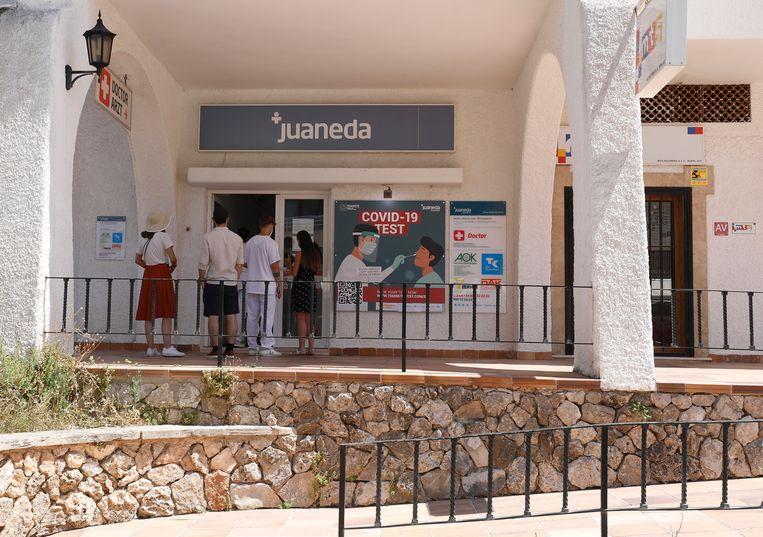 Een testlocatie vlakbij het strand in Palma de Mallorca. Beeld Reporters / DPA