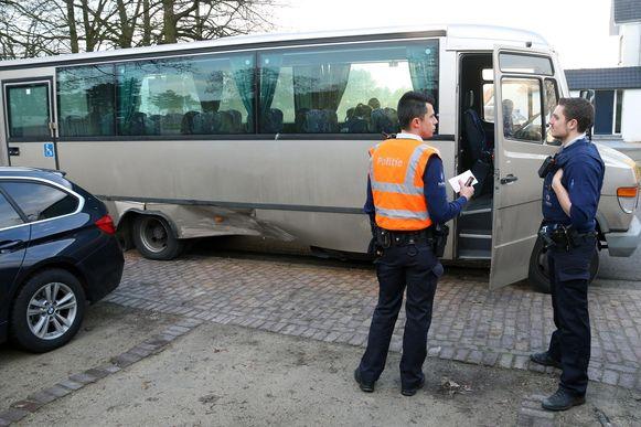 De beschadigde rechterflank van de schoolbus.