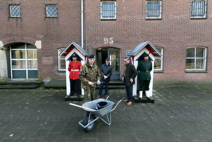 De symbolische sleuteloverdracht met (v.l.n.r.) brigadegeneraal Gerard Koot, projectleider Stef de Wit en wethouder Piet Machielsen.