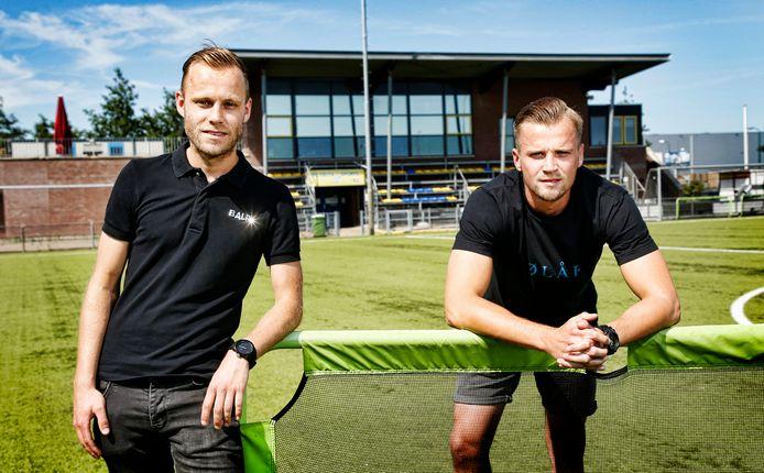 Remco Helms (links) en Lennart Dubbeldam voetballen komend seizoen voor Huizen.