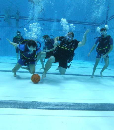 Duikteam Eindhoven tweede op NK Onderwatervoetbal: slowmotiondribbels in het diepe