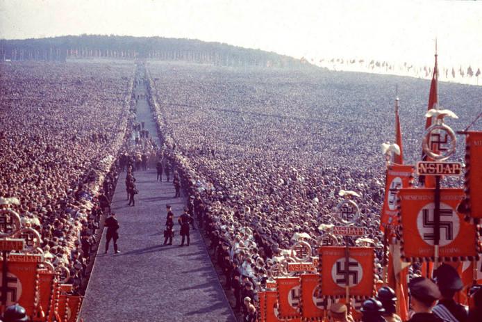 Een nazi-manifestatie in Neurenberg in 1937, gemaakt door Hitlers persoonlijke fotograaf Hugo Jaeger. foto Institut für Zeitgeschichte Münchenesign Museum.