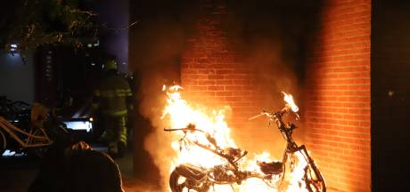 Scooter in brand bij ingang van portiekflat in Tiel